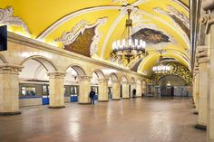 """MOSCÚ, Rusia, Metro de Moscú Mosaicos, estatuas y estuco dorado… no podría ser otro que el elegante y opulento Metro de Moscú, que se inauguró en 1935 para ser el """"Palacio del Pueblo"""". Una de nuestras estaciones favoritas es la de Majakovskaja, pero hay muchas otras que rivalizan en belleza con ella… ¡Te encantará! Disfrutar de pasar por allí junto con otros 8 millones de viajeros… Un espectáculo."""