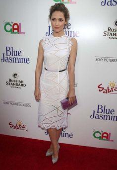 """""""Rose Byrne aprueba con este original vestido de Christoper Kane de la colección primavera/verano 2014. Los salones en gris perla son de Casadei."""""""