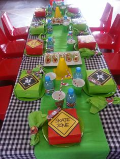 Skateboard kiddies party table Drake's Birthday, Harry Birthday, 13th Birthday Parties, Birthday Party Tables, Roller Skating Party, Skate Party, Skateboard Party, Nerf Party, Polka Dot Party