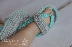 Free Crochet Pattern - Get the pattern for these sweet baby strap flip flops, adorable for any occasion. {Pattern by Whistle and Ivy} Booties Crochet, Crochet Baby Shoes, Baby Booties, Crochet Bebe, Love Crochet, Knit Crochet, Crotchet, Baby Flip Flops, Flip Flop Sandals