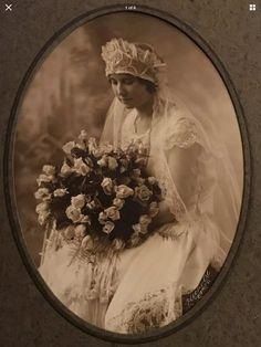 Vintage Wedding Photos, Vintage Bridal, Vintage Photos, Vintage Weddings, 1970s Wedding Dress, 1920s Wedding, Wedding Fans, Wedding Bride, Wedding Attire