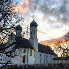 Abendstimmung in Benediktbeuern. Das Kloster ist eine ehemalige Abtei der Benediktiner und heute eine Niederlassung der Salesianer Don Boscos der Diözese Augsburg in Bayern. Hier lässt sich studieren unterschiedliche Veranstaltungen erleben oder auch Ideen zum Jakobsweg finden. 50 km südlich von München liegt es nur ein paar Kilometer entfernt von Kochelsee und Walchensee. 😊 --- WELLNESS - REISEN - GENUSSREISETIPPS 📬WellSpa-Portal.de 👩💻Facebook.com/WellSpaPortal…