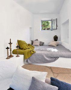 La casa de Ivan Baj, creador de la firma Arcade. Situada en Cerdeña, destaca por su simplicidad, la forma de integrar los muebles al espacio para conseguir ambientes diafanos y acogedores que invitan al relax.