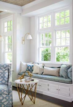 В доме есть уютное место на мягкой подоконной скамье #ДизайнИнтерьера #InteriorDesign #ЯркийИнтерьер #BrightInterior