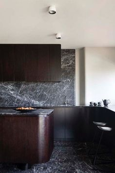 The Hot Kitchen Trend Giving White Marble A Run For Its Money Kitchen Design Black Marble Is The New White Marble Apartment Therapy Kitchen Buffet, Kitchen Chairs, Kitchen Pantry, New Kitchen, Kitchen Decor, Kitchen Lamps, Kitchen Black, Island Kitchen, Kitchen Ideas