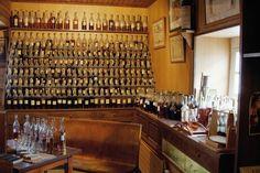 Le cognac, eau-de-vie fine fabriquée dans la région charentaise, est issu d'un savoir-faire ancestral. Cet alcool, traditionnellement dégusté en fin de repas, est symbolique d'un véritable art de vivre à la française.Entretien avec Nathalie Doucet, directrice marketing et communication de la maison, qui nous parle du savoir-faire Frapin, de la transmission de la passion d'une génération à l'autre et de l'art de déguster le cognac. (c) Frapin