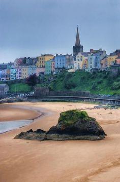 Tenby, pays de Galles !! Tenby est une ville du pays de Galles située dans le comté du Pembrokeshire et comptant environ 4 500 habitants. Elle se situe à l'ouest de Swansea. Cette petite ville médiévale, sur son promontoire rocheux, est aujourd'hui une station balnéaire. Wikipédia