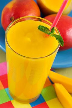 Find a easy and healthy mango smoothie recipe right here. Tips on which ingredients will make your mango smoothies the healthiest - and which ones to avoid. Low Fat Smoothies, Mango Smoothie Healthy, Mango Smoothies, Mango Smoothie Recipes, Vanilla Smoothie, Juicer Recipes, Smoothie Drinks, Healthy Drinks, Healthy Snacks