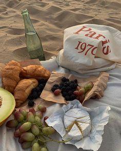 Cute Food, Good Food, Yummy Food, Comida Picnic, Picnic Date, Beach Picnic, Think Food, Oui Oui, Aesthetic Food