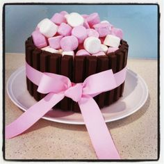 Más Recetas en https://lomejordelaweb.es/   Kit Kat & Marshmallow Cake!