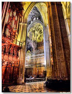 SEVILHA: Interior da Catedral de Sevilha.    O interior da Catedral de Sevilha, a maior da Europa, é composto por cinco naves. O ponto mais alto da abóbada encontra-se no tramo do cruzeiro, onde atinge 40m de altura.  A construção desta catedral iniciou-se m 1401, no lugar de uma mesquita, e prolongou-se por mais de um século. A derrocada do zimbório levou à reconstrução da nave central em 1888.