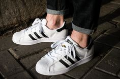 Sneaker Hall Of Fame: The Adidas Superstar Men's Fashion, Hip Hop Fashion, Converse All Star, Adidas Superstar, Style Hip Hop, Minimalist Sneakers, Top Basketball Shoes, Most Popular Shoes, Nba Players