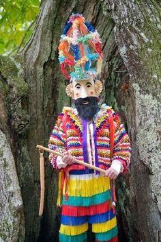 Carnavales de Laza, Verín y Viana Portas de Galicia || Siente Galicia Weird Costumes, Pagan Festivals, World Festival, Mardi Gras Costumes, Shamanism, Africans, Fursuit, Character Design Inspiration, Headgear