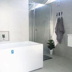 Badekar og dusjnisje - legg merke til bokstavene over knaggene  #baderomsinspo #baderomsdetaljer #baderomsinspirasjon Foto: @nerbyterrasse32