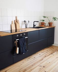 The black kitchen cabinetry with the light oak flooring just makes this kitchen . - Women Trends The black kitchen cabinetry with the light oak flooring just makes this kitchen . Kitchen Cabinetry, Kitchen Flooring, Oak Flooring, Flooring Ideas, Kitchen Fixtures, Black Kitchens, Home Kitchens, Black Ikea Kitchen, Ikea Metod Kitchen