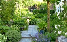 Leuk idee voor een grote tuin om deze op te delen in kleinere deeltjes voor extra gezelligheid.