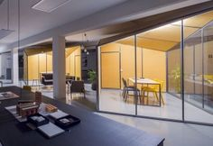 Il progetto di ristrutturazione firmato dai Nook Architects è stato suggerito dall'originaria disposizione ortogonale, la struttura reticolare e la facciata modulare