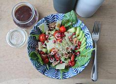 Dieses leckere Spinat Avocado Salat Rezept schmeckt wirklich jedem! Zusammen mit dem Cranberry-Granatapfel-Dressing etwas ganz besonderes. Probiere es aus!
