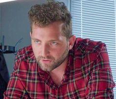 Tom ondervraagt Simon in een rood geruit hemd