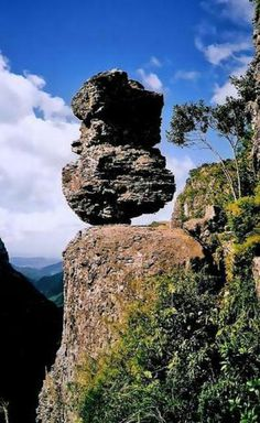 Belíssima pedra no local conhecido como Cânion Fortaleza, no Parque Nacional da Serra Geral, município de Cambará do Sul, no estado do Rio Grande do Sul, Brasil.