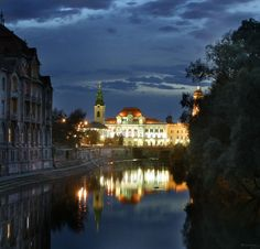 Oradea/Nagyvárad City Hall view and reflection on the Crisul/Kôrös river Countries, Reflection, River, Mansions, Architecture, House Styles, City, Beautiful, Travel