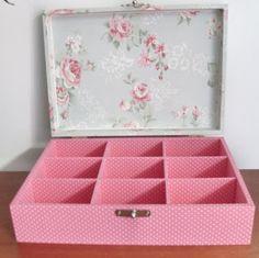 CAIXAS DE MDF DECORADAS: Caixa com divisória em tecido poá rosa e floral.