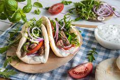 Gyros er altfor godt til å kun spises på ferie! Sjekk oppskriften her. Norwegian Food, Norwegian Recipes, Bolognese, Tzatziki, Hot Dog Buns, Tapas, Mexican, Bread, Dishes