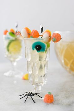 Monster Mash Lemongrass Party Punch - Although this cocktail looks extra sugary and spooky, it's actually a lemongrass tea-based cocktail punch that's not overly sweet! Happy Halloween, Halloween Punch, Halloween Cocktails, Halloween Cupcakes, Halloween Candy, Diy Halloween, Halloween Table, Halloween Season, Spearmint Tea