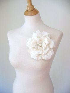 gorgeous flower brooch, by lanadeflor