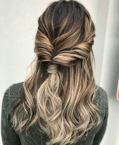 18 EASY HAIRSTYLES FOR SPRING BREAK See our collection of easy hairstyles that are just the perfect for spring break as it is the time to have much fun rather than pay extra attention to the way your hair looks. Fast Hairstyles, Pretty Hairstyles, Braided Hairstyles, Wedding Hairstyles, Spring Hairstyles, Hairstyle Ideas, Popular Hairstyles, Romantic Hairstyles, Wedge Hairstyles