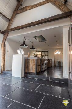 Belgisch hardsteen Basiliek | Belgian bluestone flooring | Kersbergen.nl