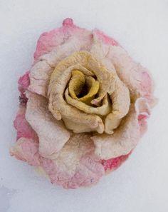 Rabatt-15 Prozent Felted rose Brosche aus von BureBureSlippers
