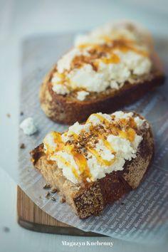 Kanapka z ricottą i siemieniem lnianym. Pomysł na smaczną kanapkę z ricottą lub twarogiem, z miodem i prażony siemieniem lnianym. Jak uprażyć siemię lniane?