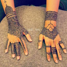 Pin for Later: 26 Dessins au Henné Qui Vont Vous Subjuguer Bridal Henna time ? A video posted by ?The Queen's Henna ( on Sep 29 2015 at PDT Henna Hand Designs, Mehandi Designs, Henna Tattoo Designs, Mehendi, Henna Mehndi, Henna Art, Hand Henna, Henna Mandala, Girly