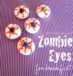 {Halloween Donuts} Zombie Eyes for breakfast - Julie Measures Halloween Breakfast, Halloween Donuts, Halloween Food For Party, Holidays Halloween, Spooky Halloween, Halloween Treats, Happy Halloween, Zombie Donuts, School Holidays