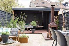 C'est chez Cristel et Sandro aux Pays-Bas que la styliste du magazine VT Wonen, Leonie Mooren s'est rendue pour relooker leur terrasse pour l'été. Le but a été de faire coexister leurs goûts, elle pou