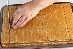 """Prajitura cu miere de albine """"Albinita"""". Cum se fac foile fragede cu miere de albine? Reteta de prajitura cu foi cu miere """"Albinita"""" sau """"Dulcineea"""" Prajitura cu miere de albine... Baking Recipes, Cake Recipes, Dessert Recipes, Healthy Recipes, Romanian Desserts, Romanian Food, Homemade Candies, Food Cakes, No Bake Cake"""
