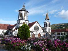 La Colonia Tovar es un peculiar pueblo de montaña ubicado a una altitud de 1800 metros sobre el nivel del mar en la Cordillera de la Costa, Estado Aragua, muy cerca de Caracas.