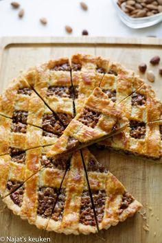 an 450 gr uit tot een lap van 25 bij 25 cm No Bake Desserts, Delicious Desserts, Dessert Recipes, Yummy Food, Cake Recipes, Dutch Bakery, Baking Bad, Bread Cake, Happy Foods