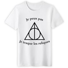 Shop Je peux pas je traque les reliques harry potter t-shirts designed by NeoNeTech as well as other harry potter merchandise at TeePublic. Pull Harry Potter, Harry Potter Style, Harry Potter Outfits, Geek Shirts, Cool T Shirts, Party Fashion, Diy Fashion, Fashion Shirts, Geek Mode
