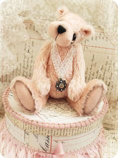 * Schlaflos in NRW *~ She's so striking, Dainty lace, Ruffled ribbon & hat box, Beautiful vignette~I'm in love~❥