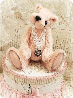 (⁀‵⁀,)  .`⋎´.¸.✿•☆•*❤♡♥ღAnyone who has looked a teddy bear in the face will recognize the friendly twinkle in his knowing look.