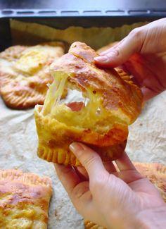 Drożdżowe kieszonki z serem i szynką to pyszny pomysł na przekąskę na imprezę. Smakują na ciepło i na zimno. Oszczędne danie typu fast food. Calzone, How To Make Bread, Finger Foods, Tapas, Food Porn, Brunch, Appetizers, Food And Drink, Cooking Recipes