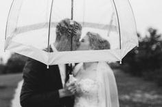 Für ein Brautpaar Shooting im Regen ist es gut immer einen durchsichtigen Regenschirm parat zu haben ;)  #hochzeitsfotografnrw #regenhochzeit #hochzeitsfotografinruhrgebiet #wedding #regen #hochzeitsfotosmitregenschirm Portrait, Rainy Wedding, Newlyweds, Headshot Photography, Portrait Paintings, Drawings, Portraits