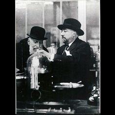 Paul Poiret présentant une création des Parfums de Rosine à son beau-père Emmanuel Boulet vers 1920, tirage postérieur des années 1980