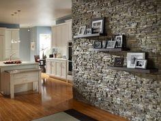 mur intérieur en pierre et cuisine ouverte