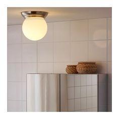 LILLHOLMEN Plafond-/wandlamp IKEA De glazen lampenkap verspreidt een gelijkmatige algemene verlichting in de kamer.