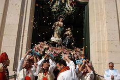 La Patrona de la ciudad, la Virgen de los Lirios, convoca en su Santuario de la Font Roja a miles de alcoyanos que acuden en romería. #Alcoy #Alcoi #romería