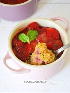 Brownie de Fresas porciones: 2 Ingredientes HARINA DE AVENA ⅓ taza HARINA DE ALMENDRAS ⅓ taza HUEVOS 2 ACEITE DE COCO O MANTEQUILLA 3 cdas VAINILLA 1 cdita STEVIA 1 ml (usa tu edulcurate regular al gusto) PANELA MOLIDA 2 cdas + Miel 1 cda POLVO PARA HORNEAR (levadura) 1 cdita FRESAS 8 Mermelada de fresas (opcional)