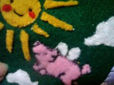 "Hecho por mí:Bolso con apliques y bordado con  cerdito volador.  <3  ""Fly me to the sun...""  (* u *) Made by me : Patchwork and stitch   flying pig purse. (work in progress)"